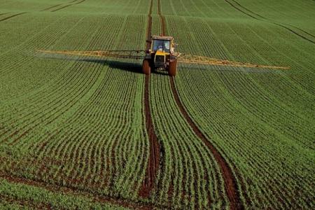 Crop_spraying_at_Rulesmains_Farm,_Duns_-_geograph.org_.uk_-_1565950